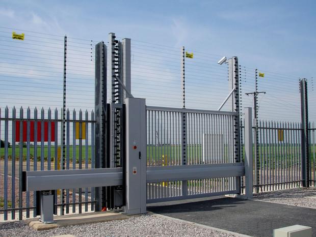 Schiebetor INOVA Sonderkonstruktion grau Vorderansicht von Berlemann Torbau GmbH