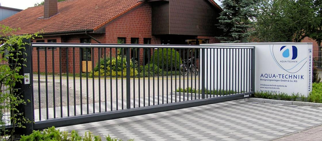 Schiebetor INOVA Standard Anthrazitgrau geschlossen von Berlemann Torbau GmbH