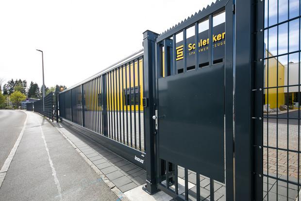 Personentür mit Durchgreif- und Übersteigschutz
