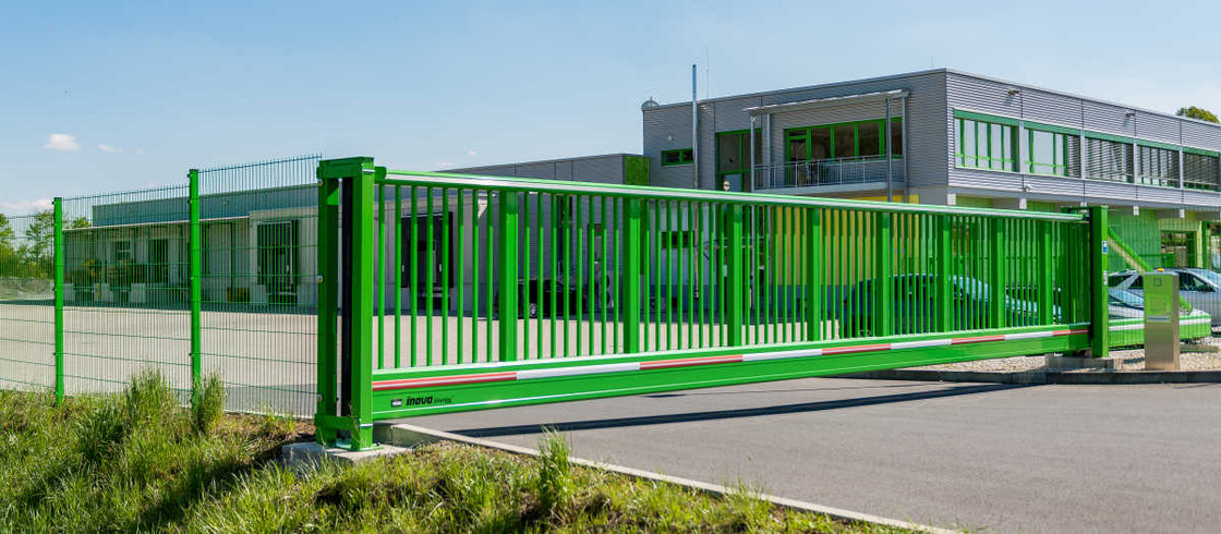 Schiebetor INOVA SilverLine gruen von Aussen von Berlemann Torbau GmbH