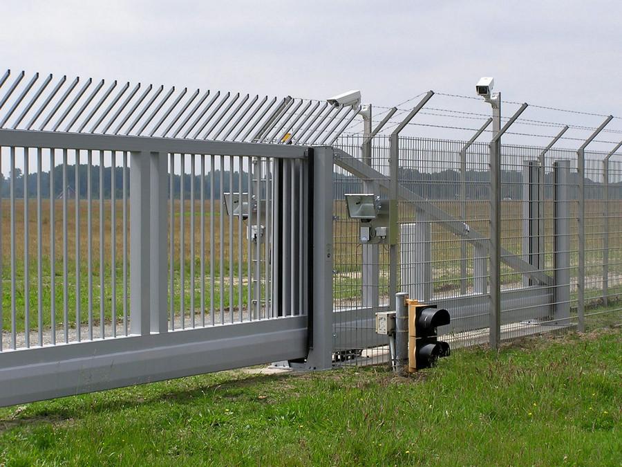 Zweiflügeliges Schiebetor INOVA Industrie Übersteigschutz weiß von Berlemann Torbau GmbH