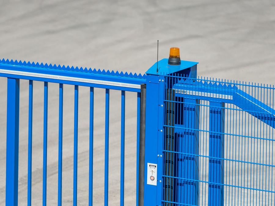 Schiebetor INOVA Industrie blau Spedition Friedlein Detailansicht