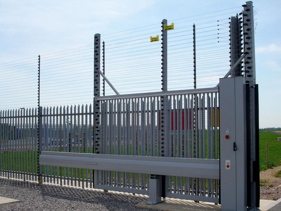 Schiebetor INOVA Industrie Sonderkonstruktion-Sicherheitstor in silber von Berlemann Torbau GmbH