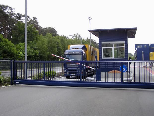 Schiebetor INOVA Industrie blau geschlossen von Berlemann Torbau GmbH