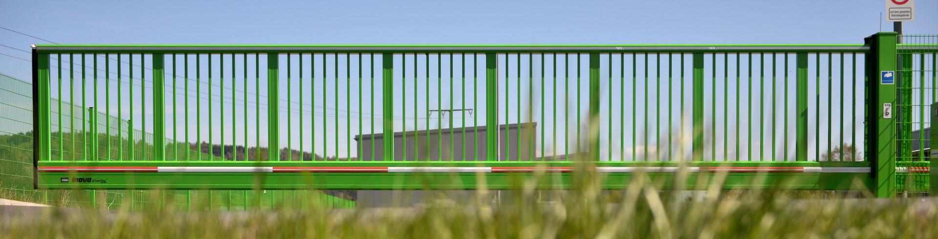 Schiebetor INOVA SilverLine grün Vorderansicht geschlossen von Berlemann Torbau GmbH