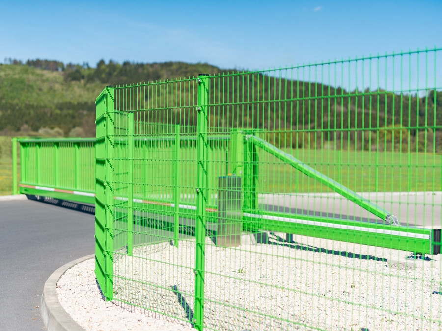 Schiebetor INOVA SilverLine grün Doppelstabgitter-Zaunanlage von Berlemann Torbau GmbH