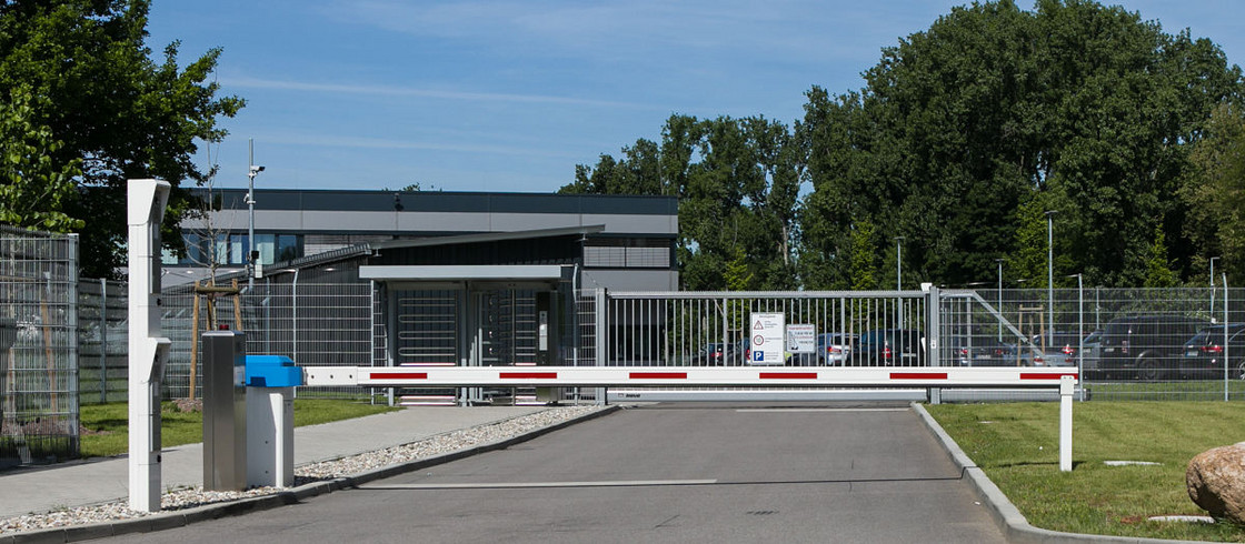 Schranke INOVA blau/weiss Zufahrt von Berlemann Torbau GmbH