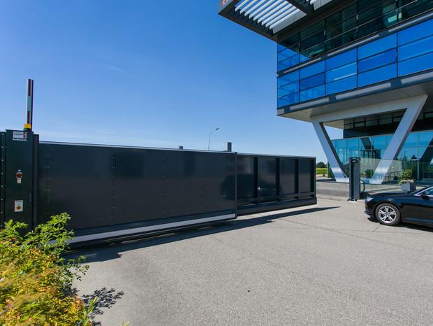 Teleskopschiebetor INOVA Anthrazitgrau geschlossen von Berlemann Trobau GmbH