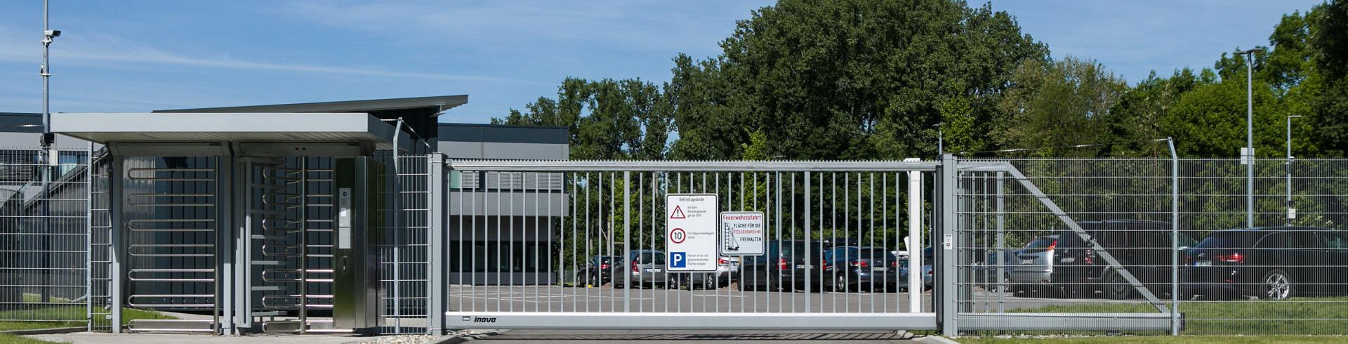 Schiebetor INOVA Industrie, Drehkreuz Kentauer von Berlemann Torbau GmbH