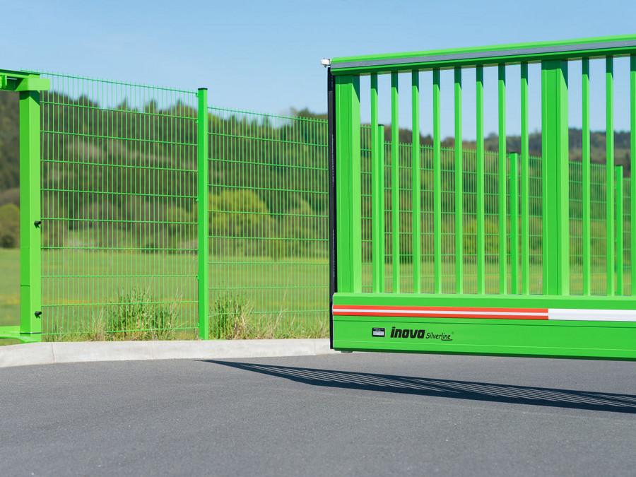 Schiebetor INOVA SilverLine grün von Berlemann Torbau GmbH