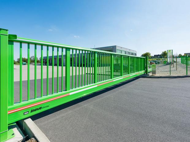 Schiebetor INOVA SilverLine grün seitlich von Berlemann Torbau GmbH