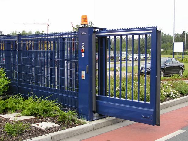 Schiebetor INOVA Industrie blau geöffnet von Berlemann Torbau GmbH