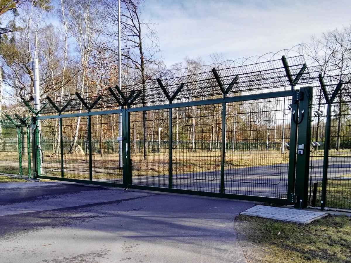 Drehflügeltor INOVA Industrie moosgruen von Berlemann Torbau Gmbh