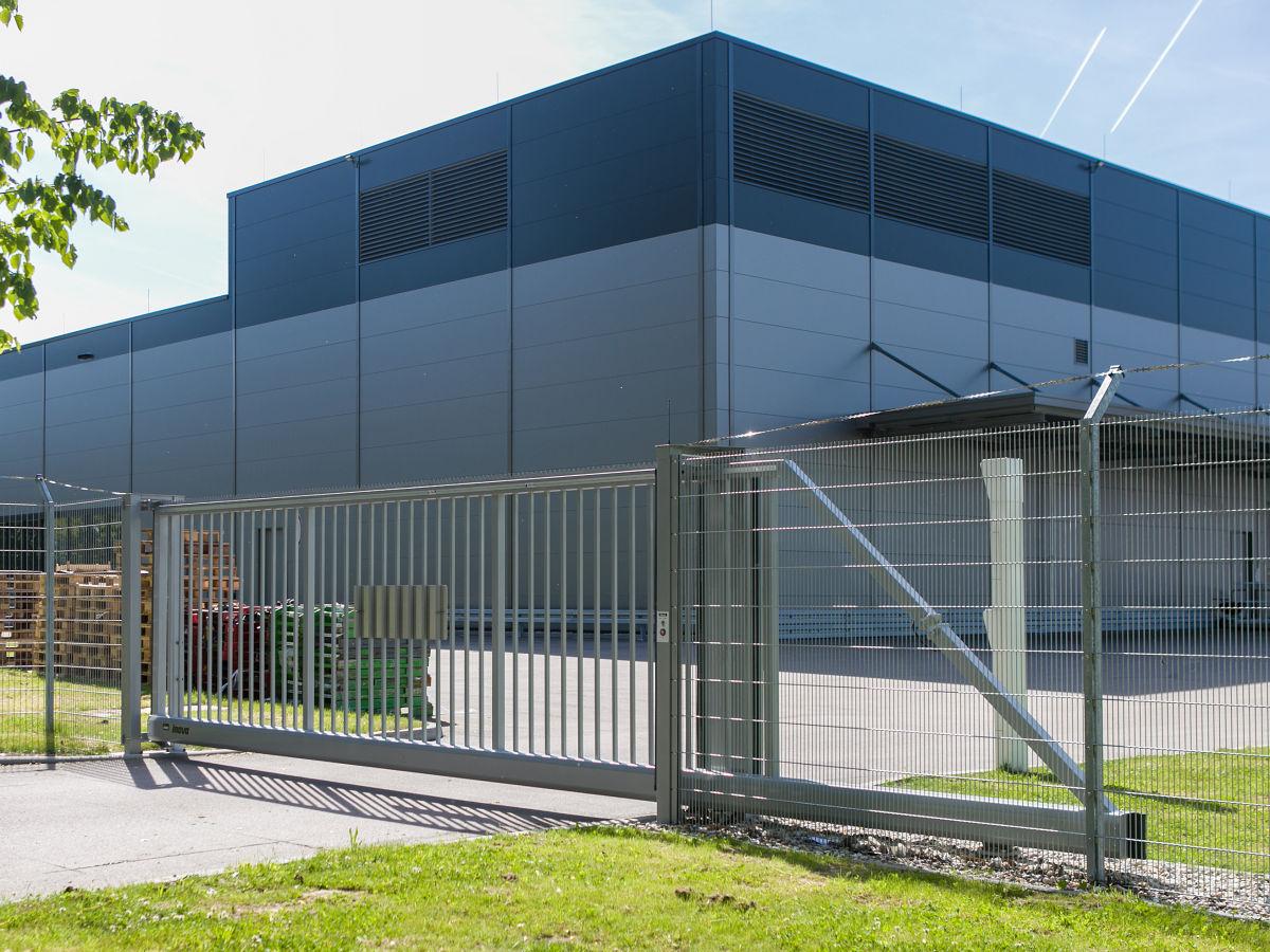 Schiebetor INOVA Industrie silber von Berlemann Torbau GmbH