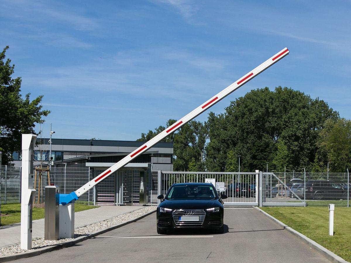 Schranke INOVA blau/weiß, Bediensäule von Berlemann Torbau GmbH