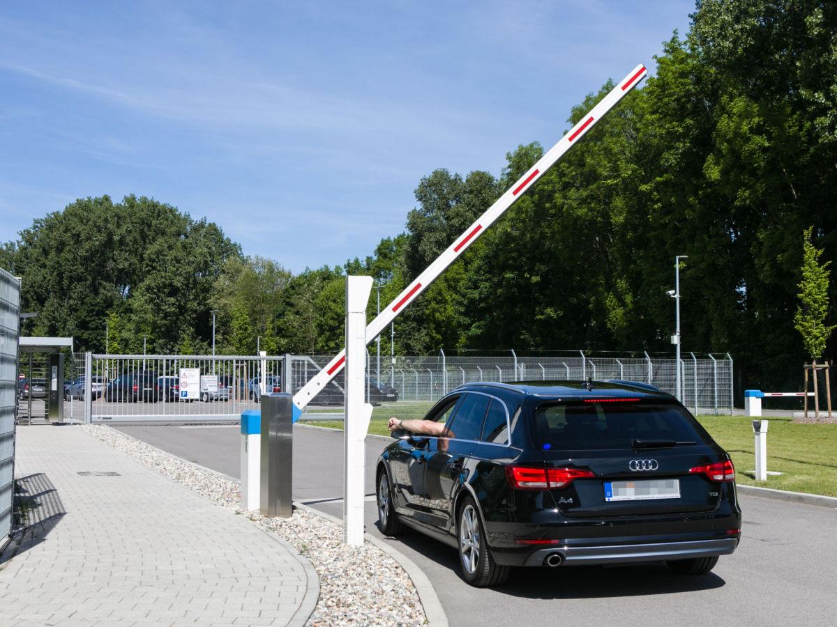 Schranke INOVA Bediensäule Einfahrt von Berlemann Torbau GmbH