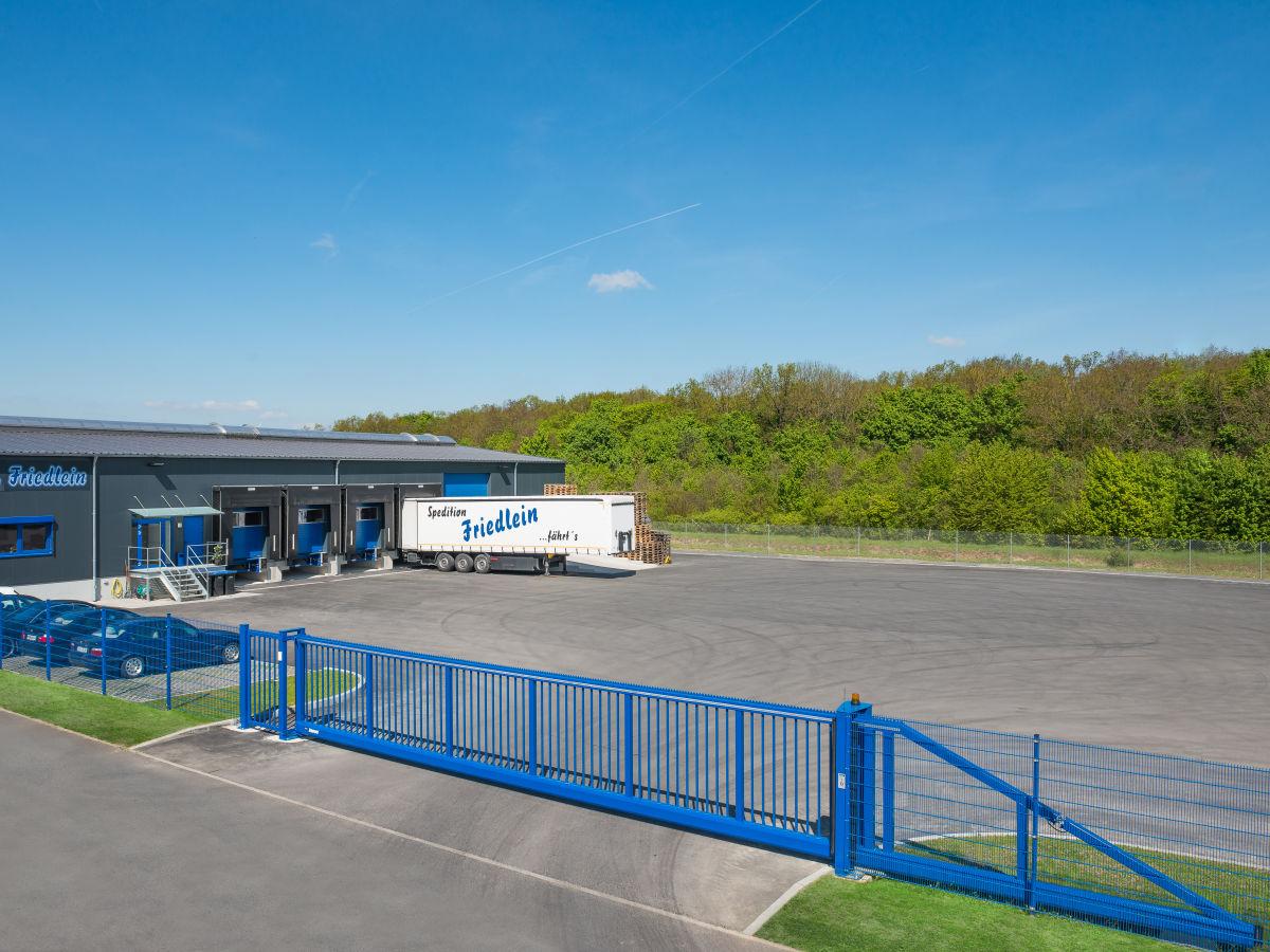 Schiebetor INOVA Industrie, Personentür und Zaunsystem in blau von Berlemann Torbau GmbH