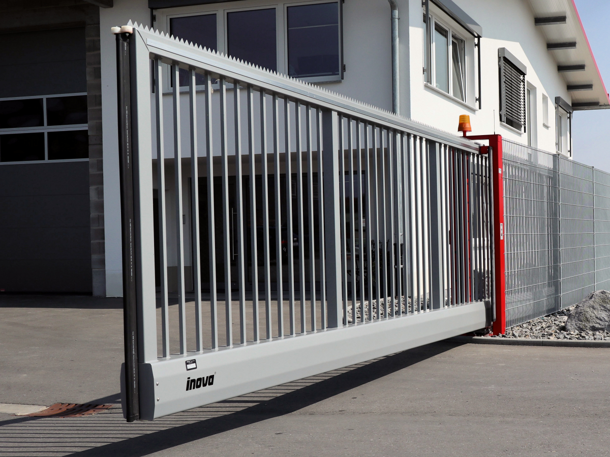 Two-coloured INOVA industrial sliding gate Two-coloured INOVA industrial sliding gate
