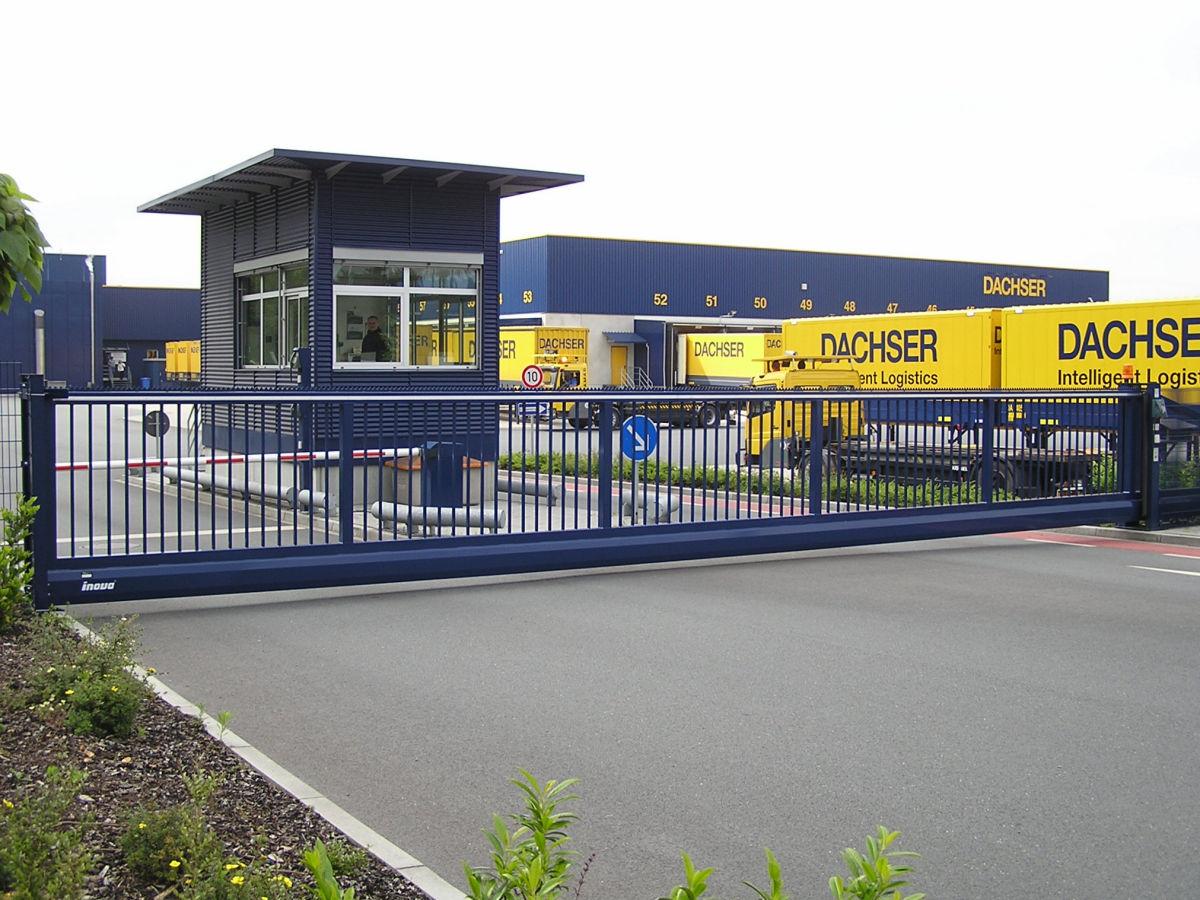 Schiebetor INOVA Industrie blau von Berlemann Torbau GmbH