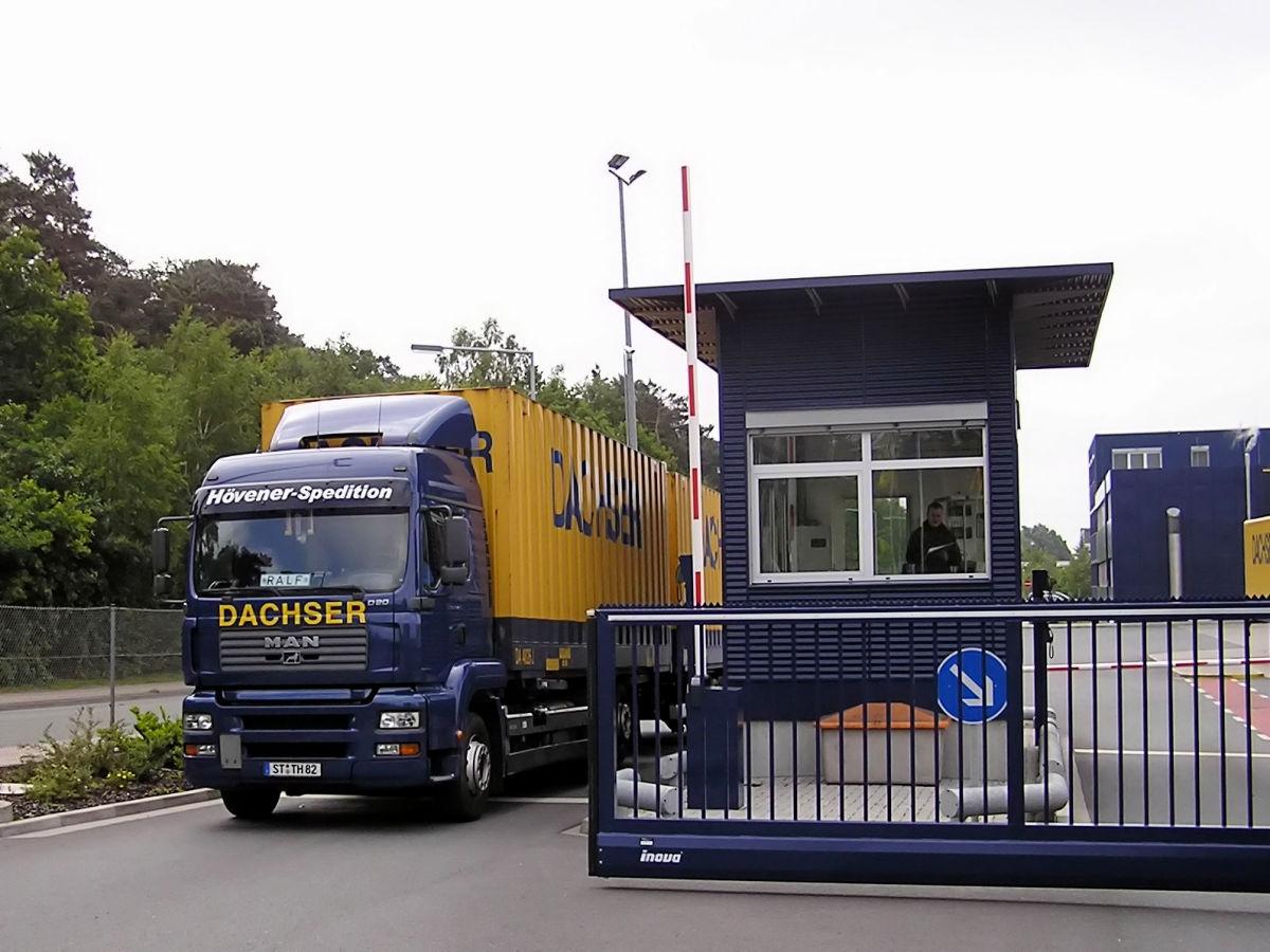 Schiebetor INOVA Industrie blau Aussenansicht von Berlemann Torbau GmbH