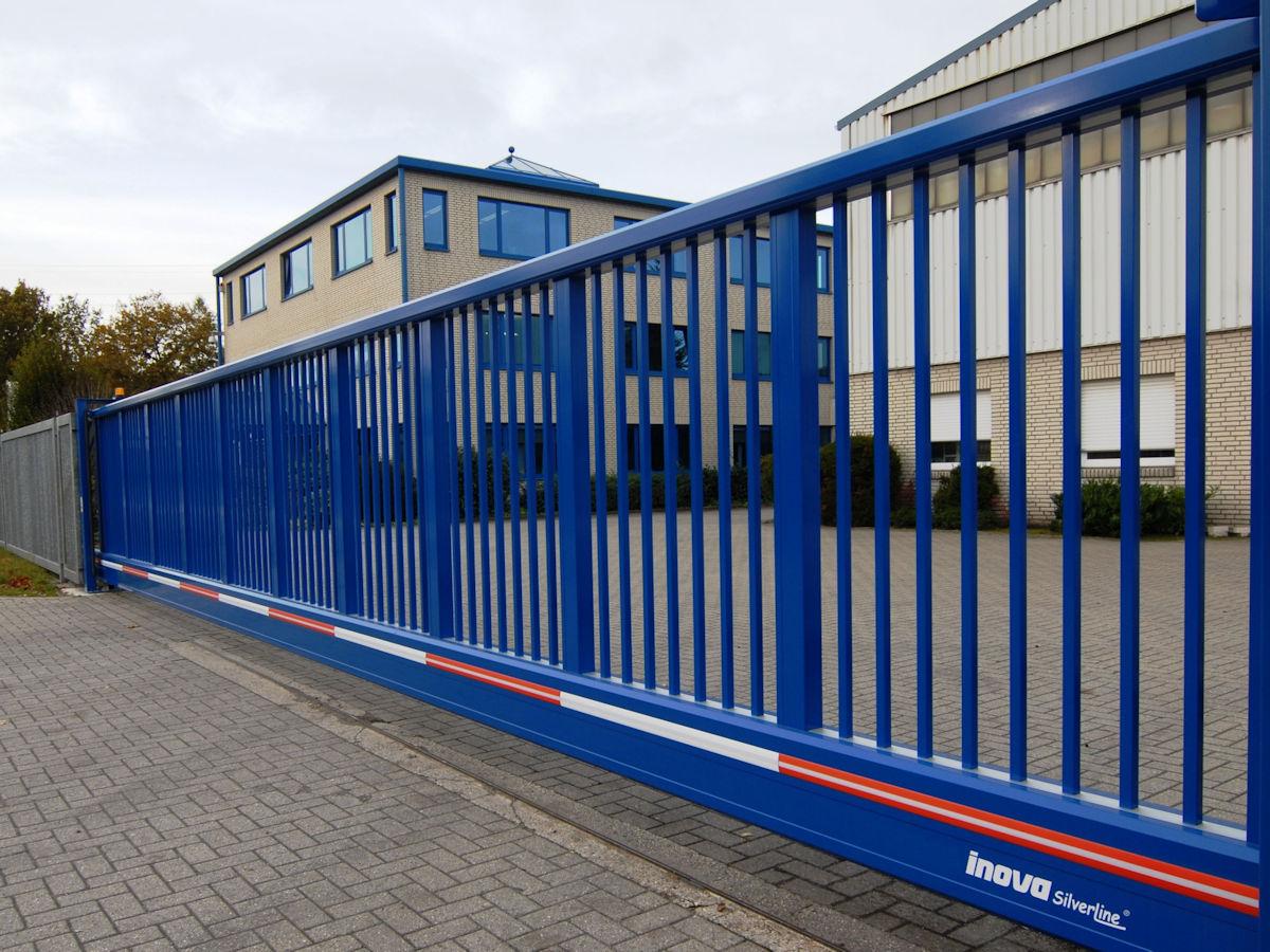 Schiebetor INOVA SilverLine blau Seitenansicht von Berlemann Torbau GmbH