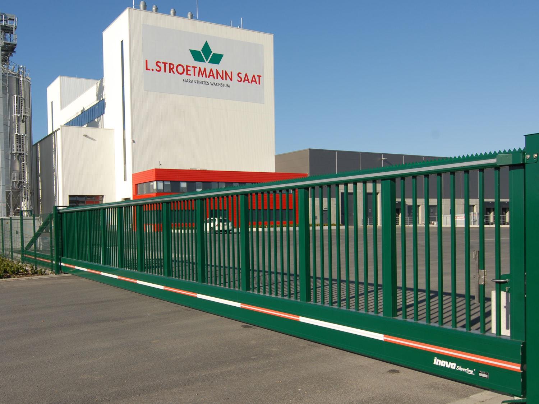 Schiebetor INOVA SilverLine grün Aussenansicht von Berlemann Torbau GmbH