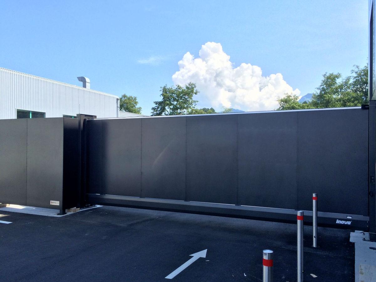 Schiebetor INOVA Sonderkonstruktion Anthrazitgrau Blechfüllung von Berlemann Torbau GmbH