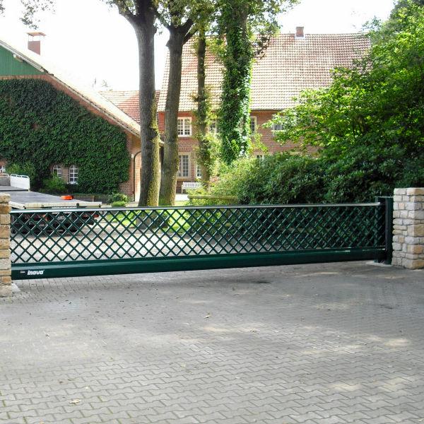 Schiebetor INOVA Sonderkonstruktion grün Aussenansicht von Berlemann Torbau GmbH