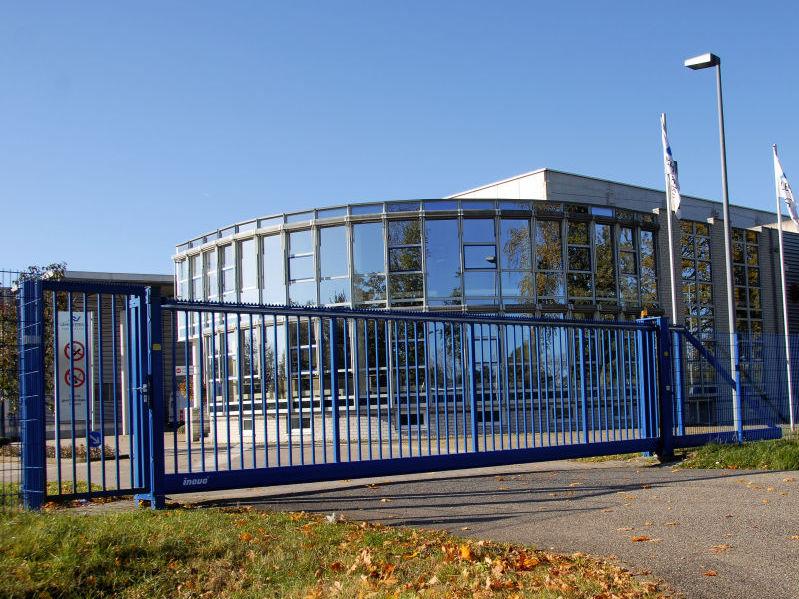 Schiebetor INOVA Standard blau Seitenansicht von Berlemann Torbau GmbH
