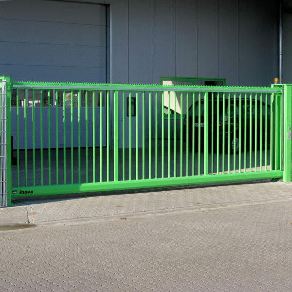Schiebetor INOVA Standard grün Vorderansicht von Berlemann Torbau GmbH