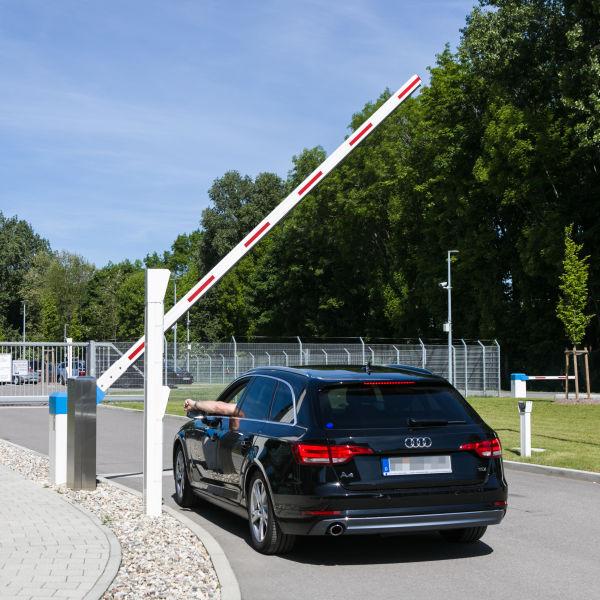 Schranken INOVA blau/weiss Einfahrt von Berlemann Torbau GmbH