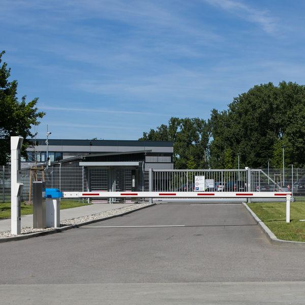 Schranken INOVA blau/weiss Zufahrt von Berlemann Torbau GmbH