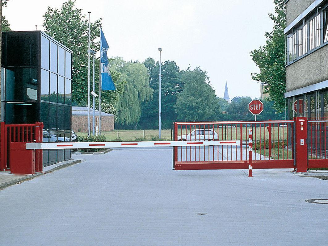 Schranke und Schiebetor INOVA Zufahrt rot von Berlemann Torbau GmbH